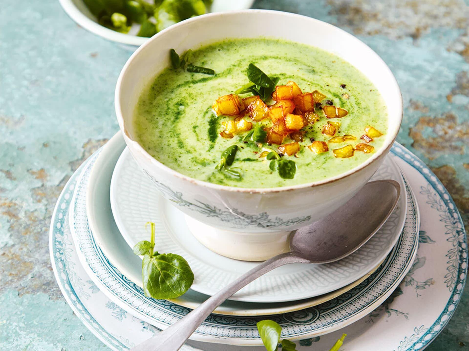 Eine grüne Suppe mit Croutons