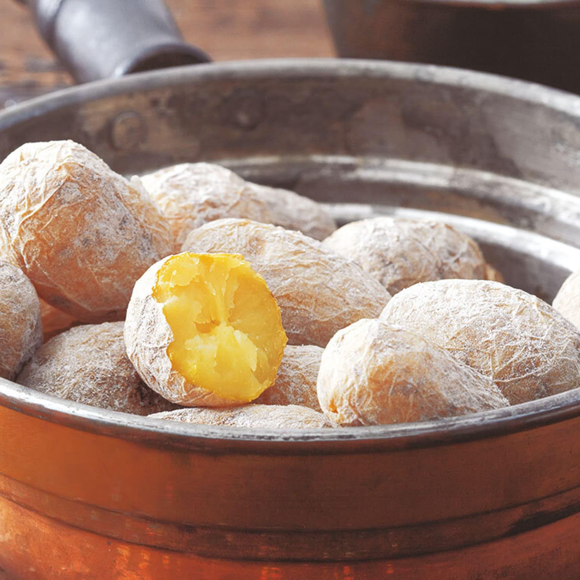Kartoffeln in Salzkruste mit grüner Mojo