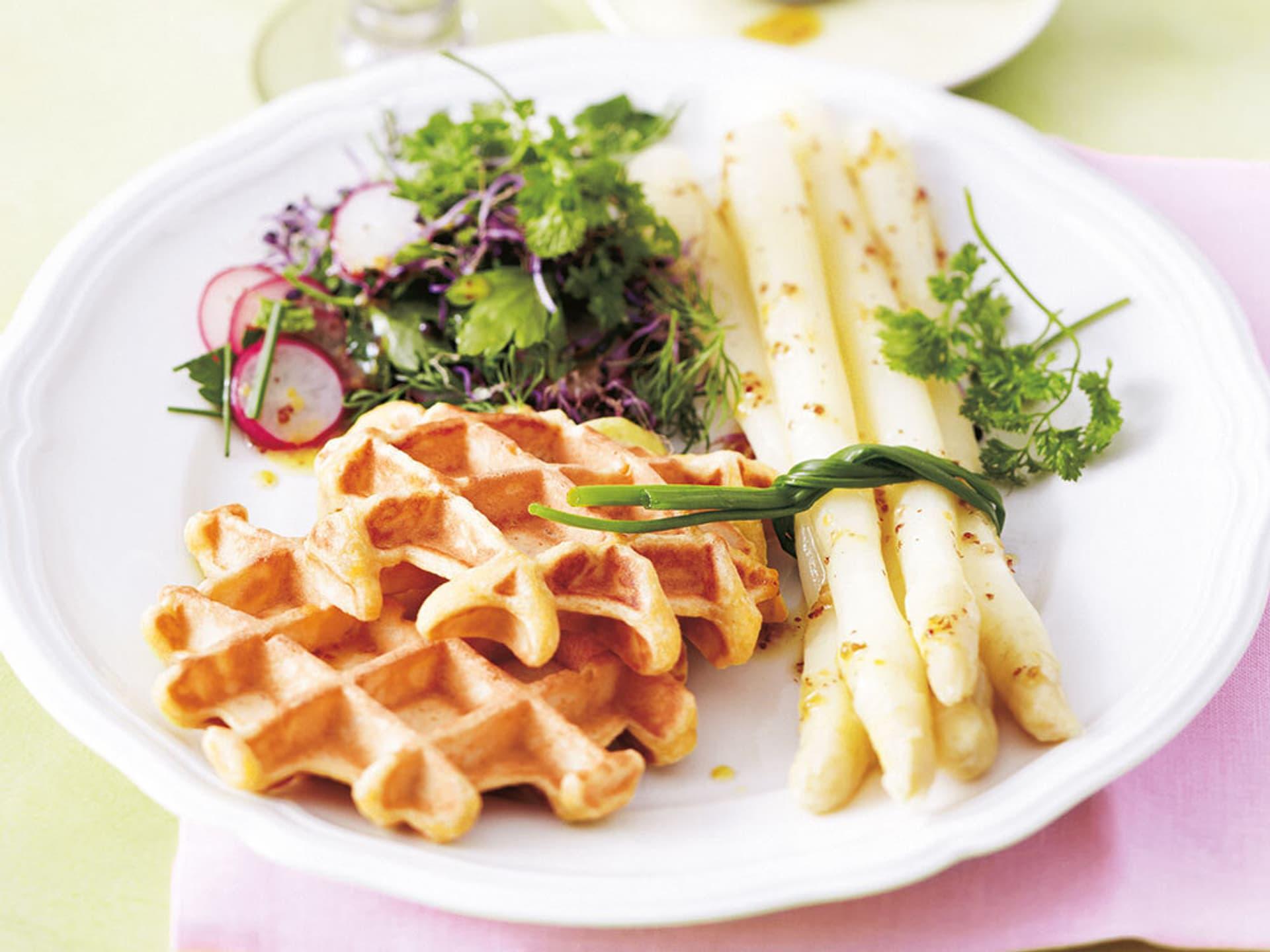 kartoffelwaffeln mit kräutersalat