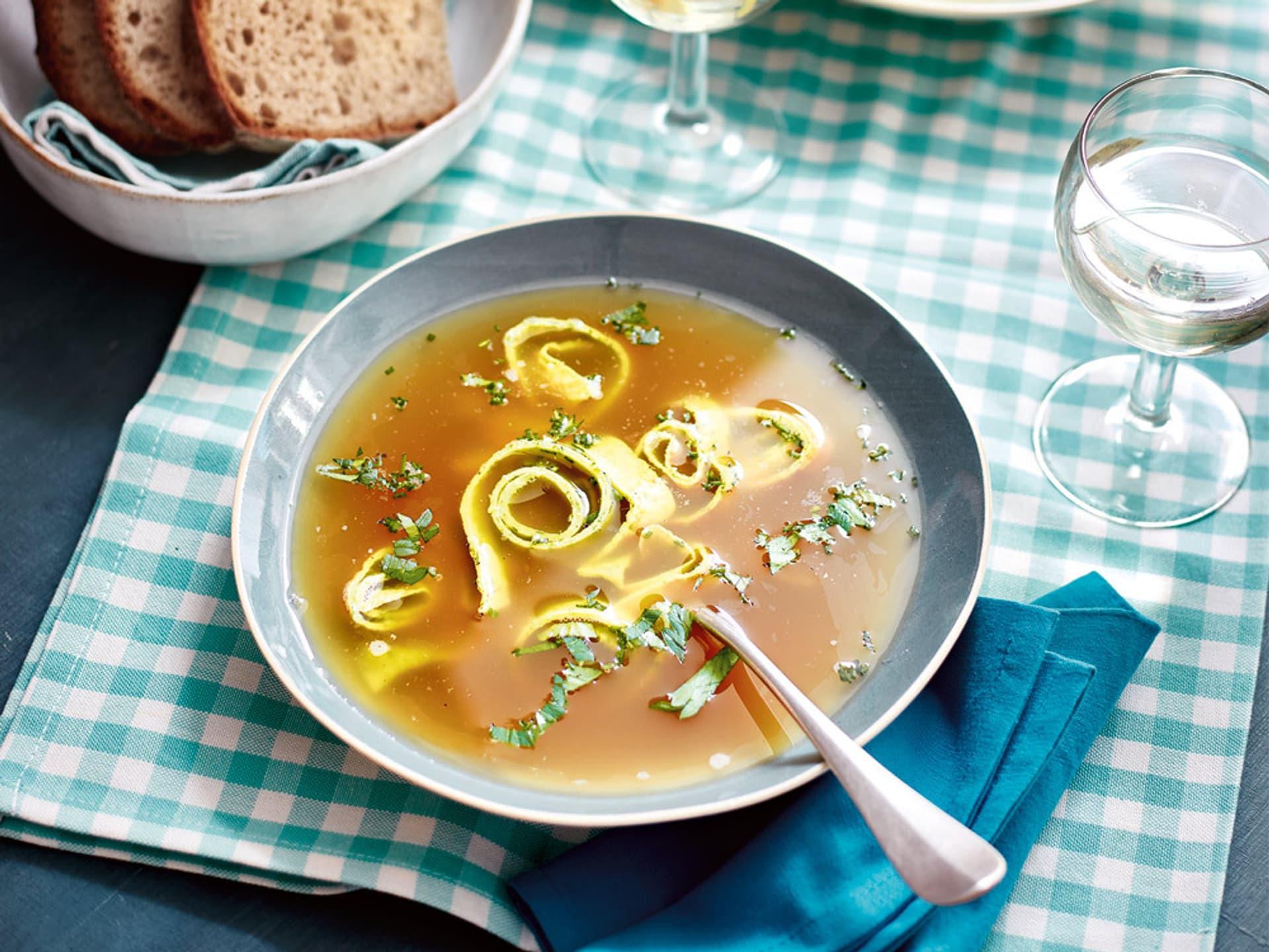 Klare Suppe mit Pfannkuchen-Flädle