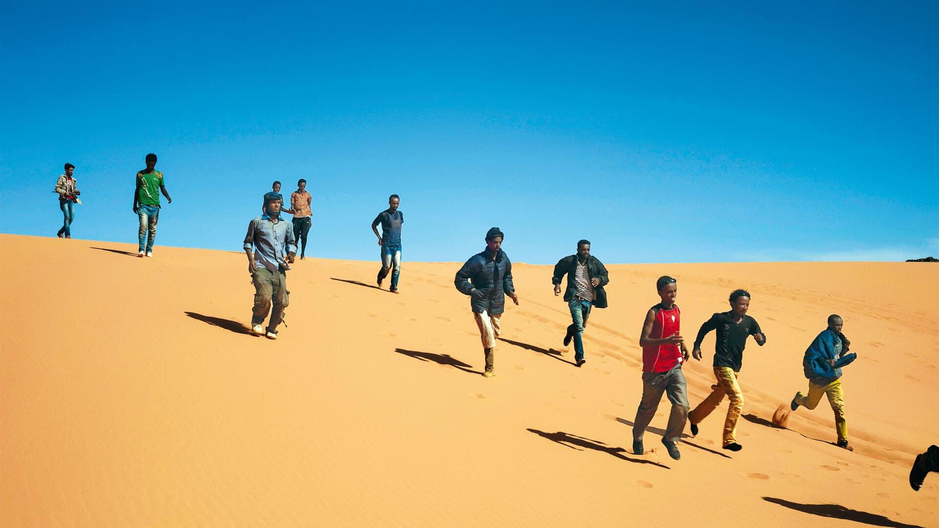 Schwarze Menschen rennen in der Wüste