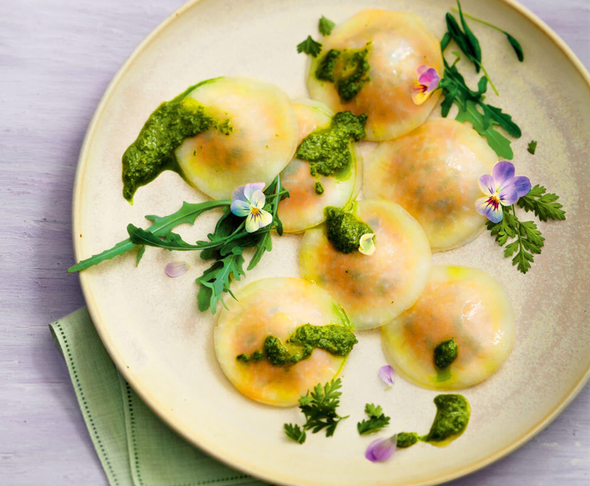 Teller mit Kohlrabi-Rravioli mit sommerlichem Kraeuterpesto