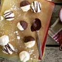 Weiß Schoko-Makronen mit Schokoladenüberzug
