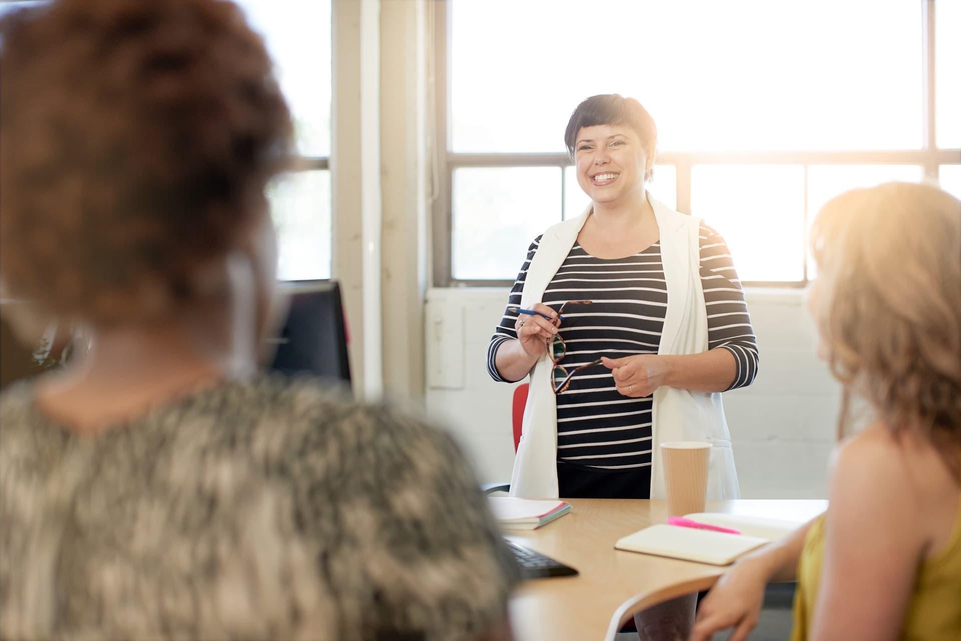Frau moderiert Teamgespräch