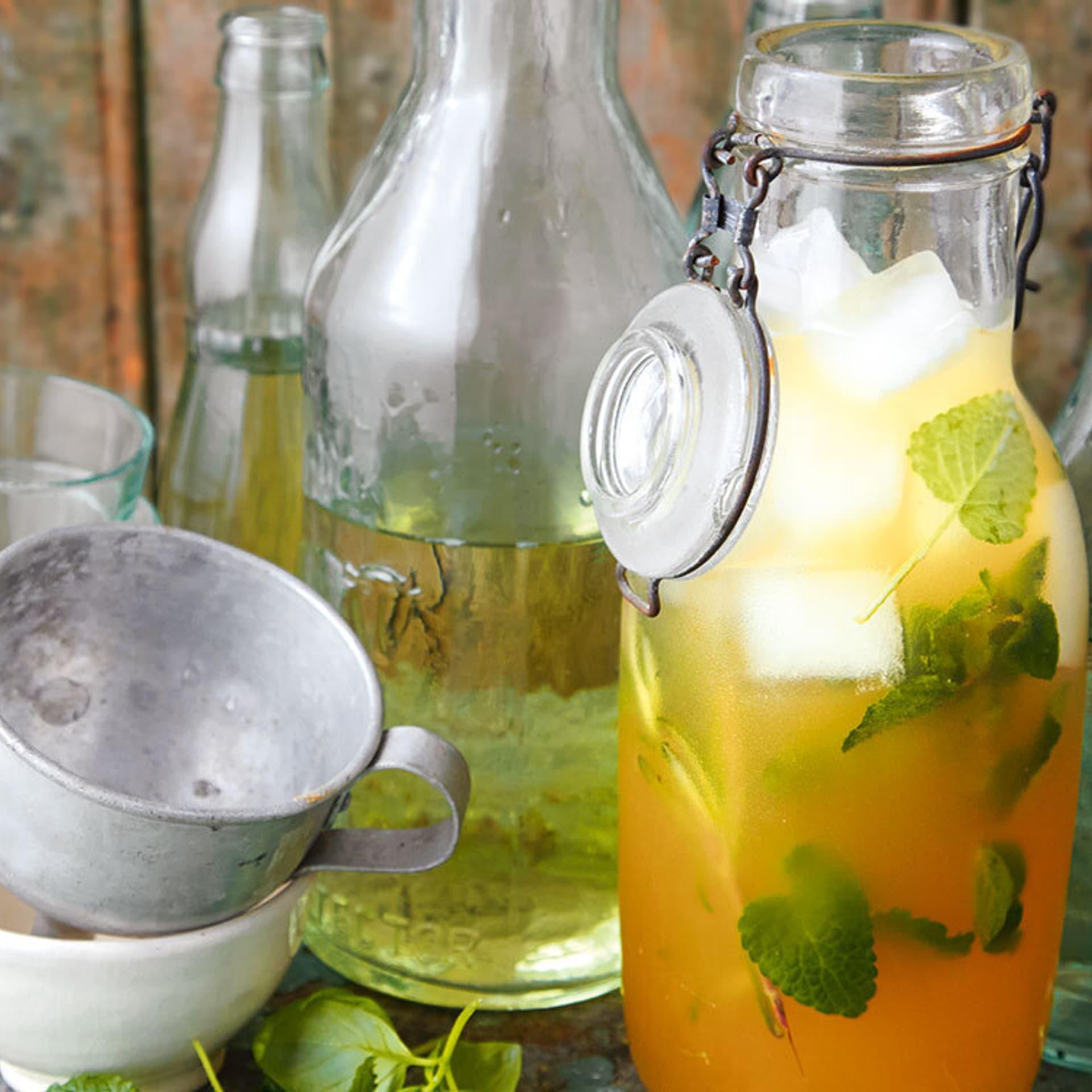 Kräuterlimonade in einer Flasche