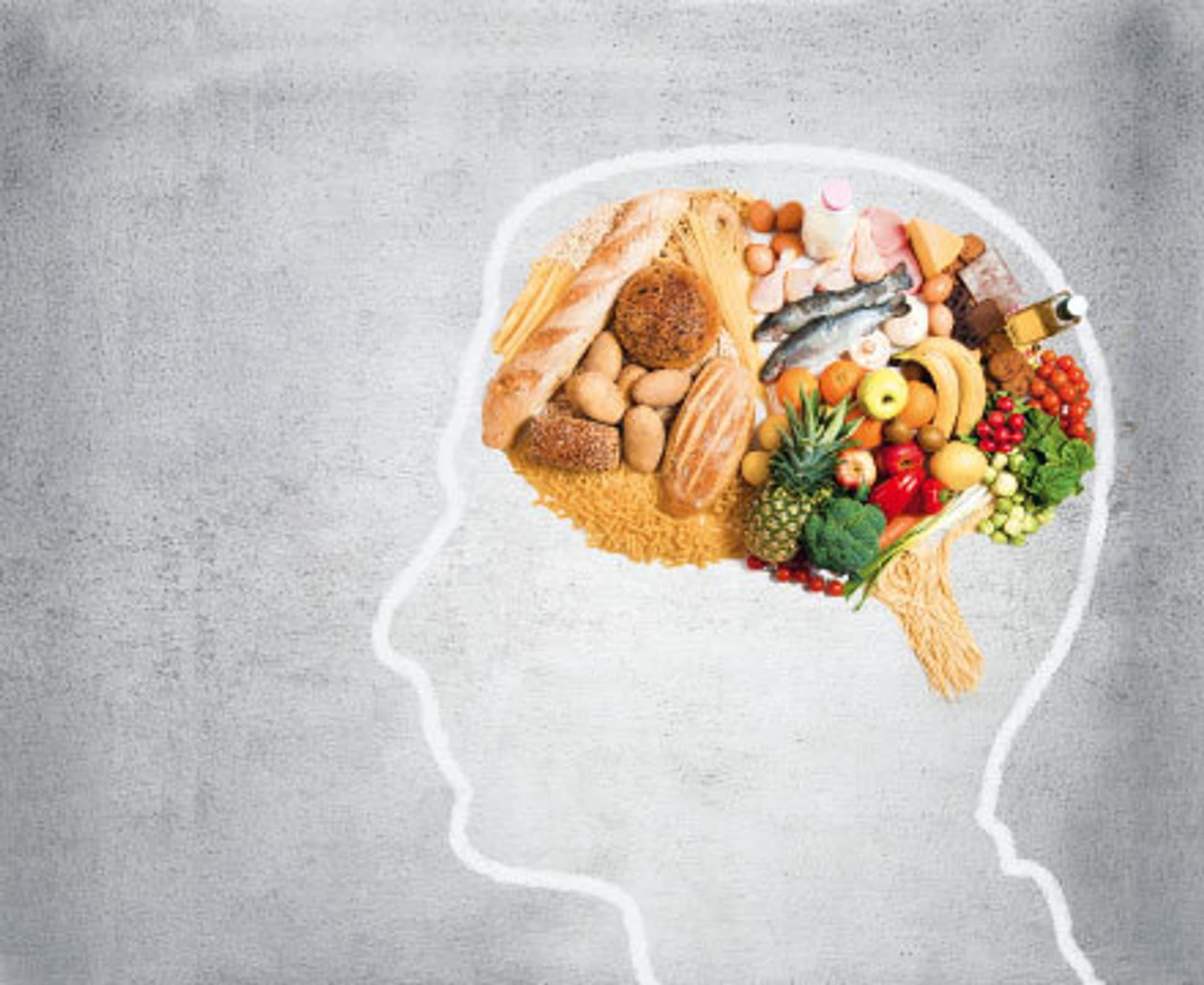 Orthorexie, Frau isst Salat (Foto: Fotolia.com)