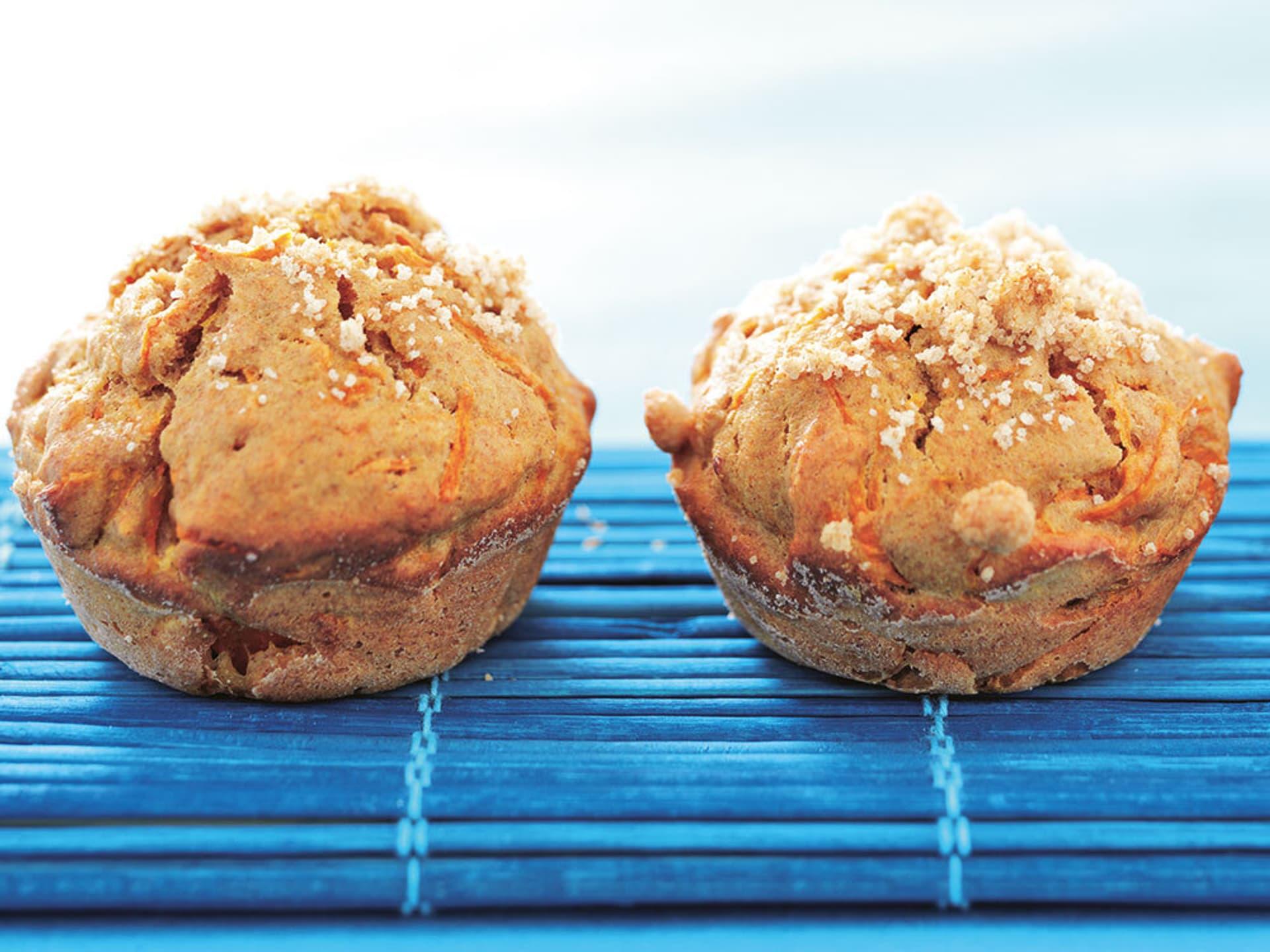 Zwei Muffins mit roten Streifen