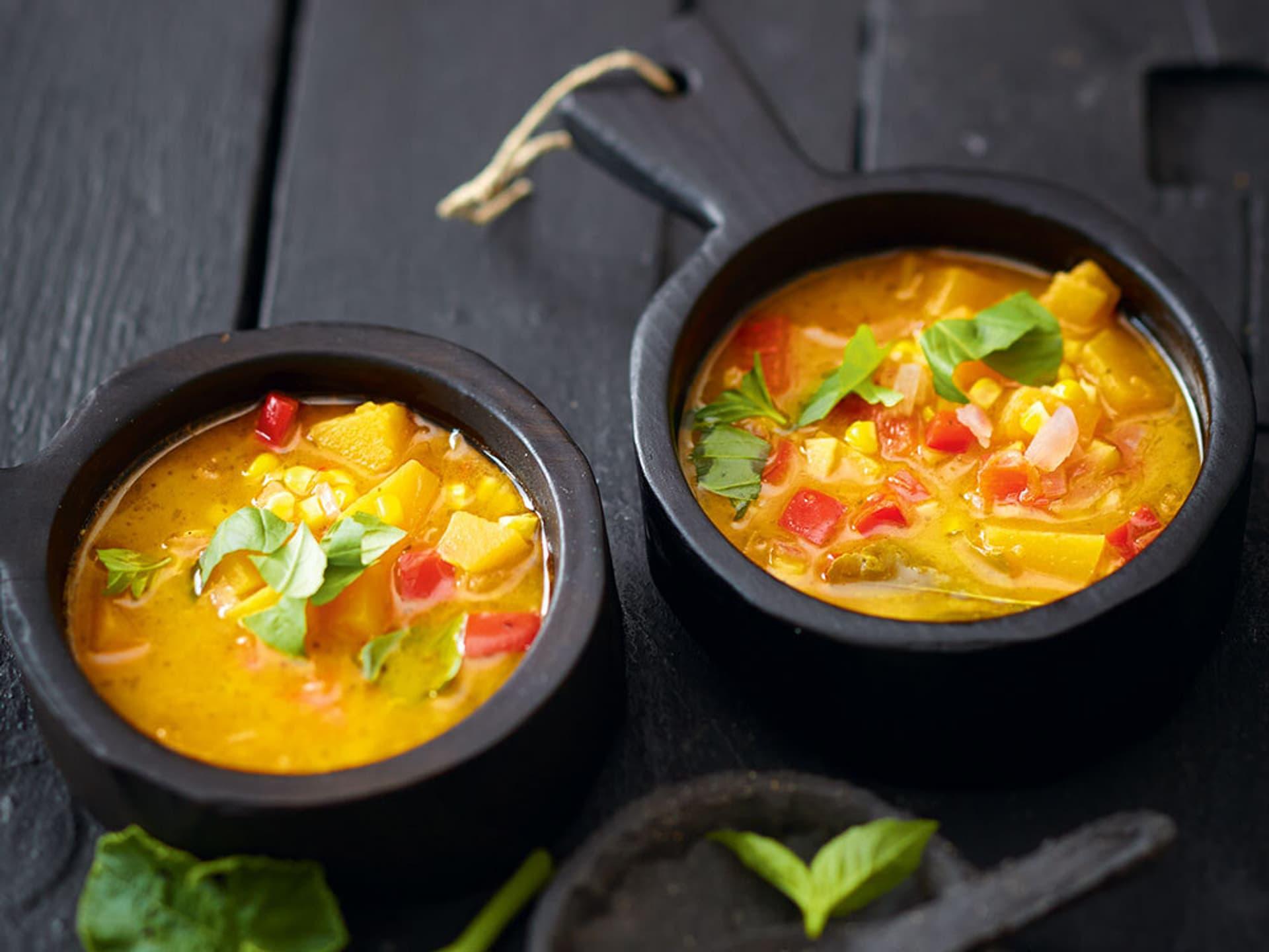 Zwei Schalen mit Kürbissuppe