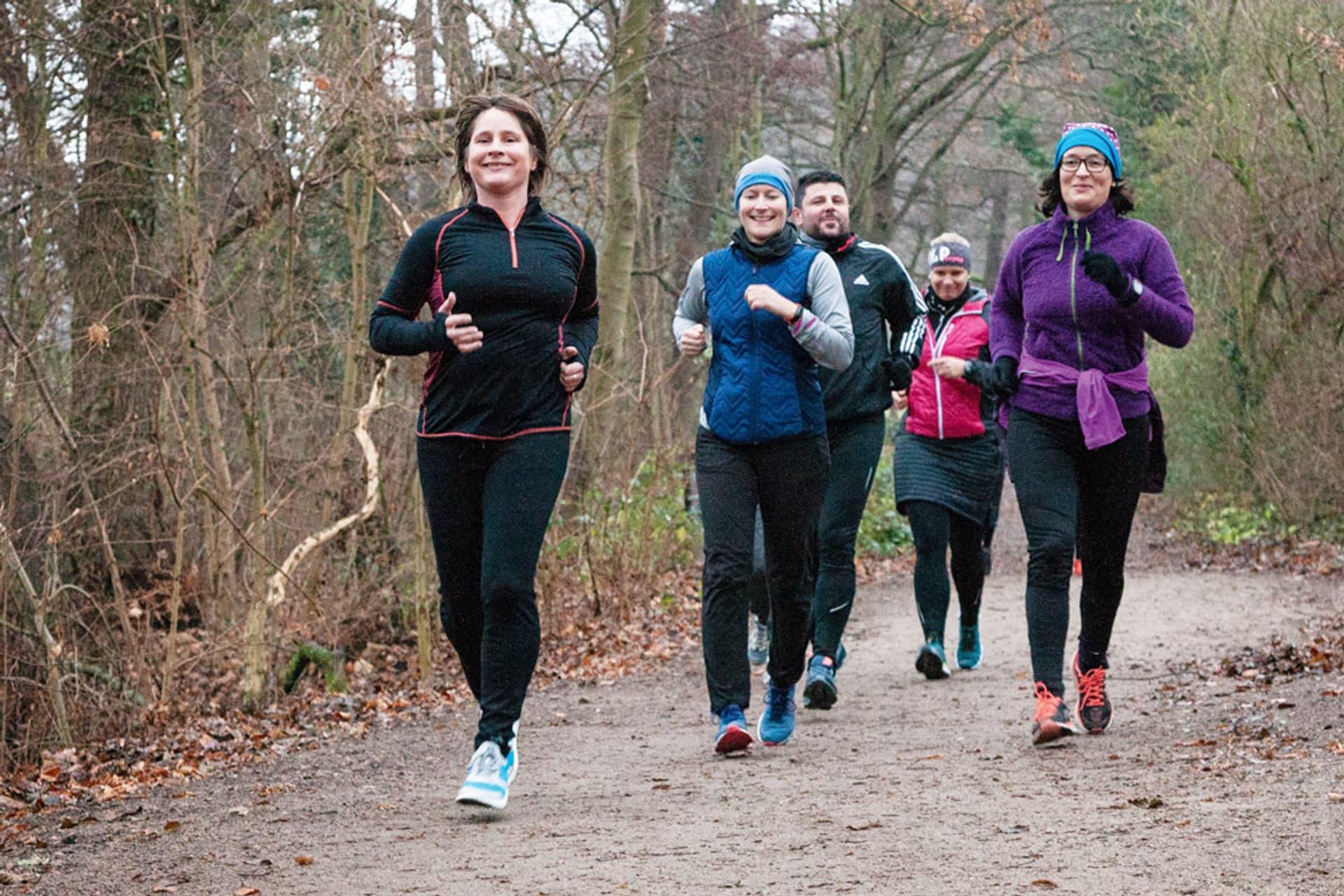 Fünf Teilnehmer beim Lauftraining im Bürgerpark in Darmstadt