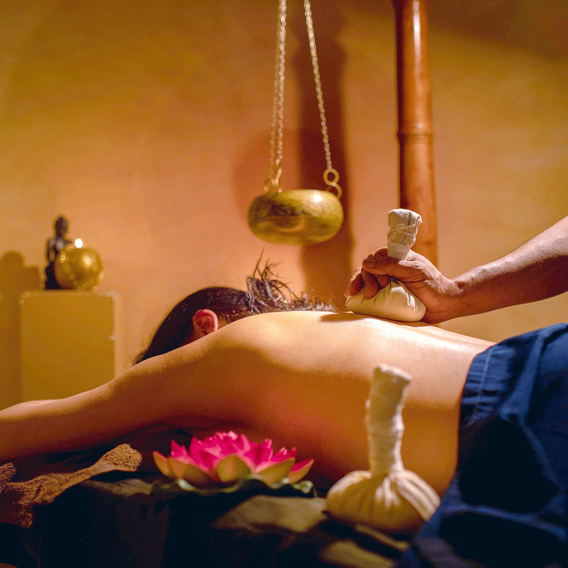 Ein Mensch bei der Massage im Sathya Ayurveda Hotel