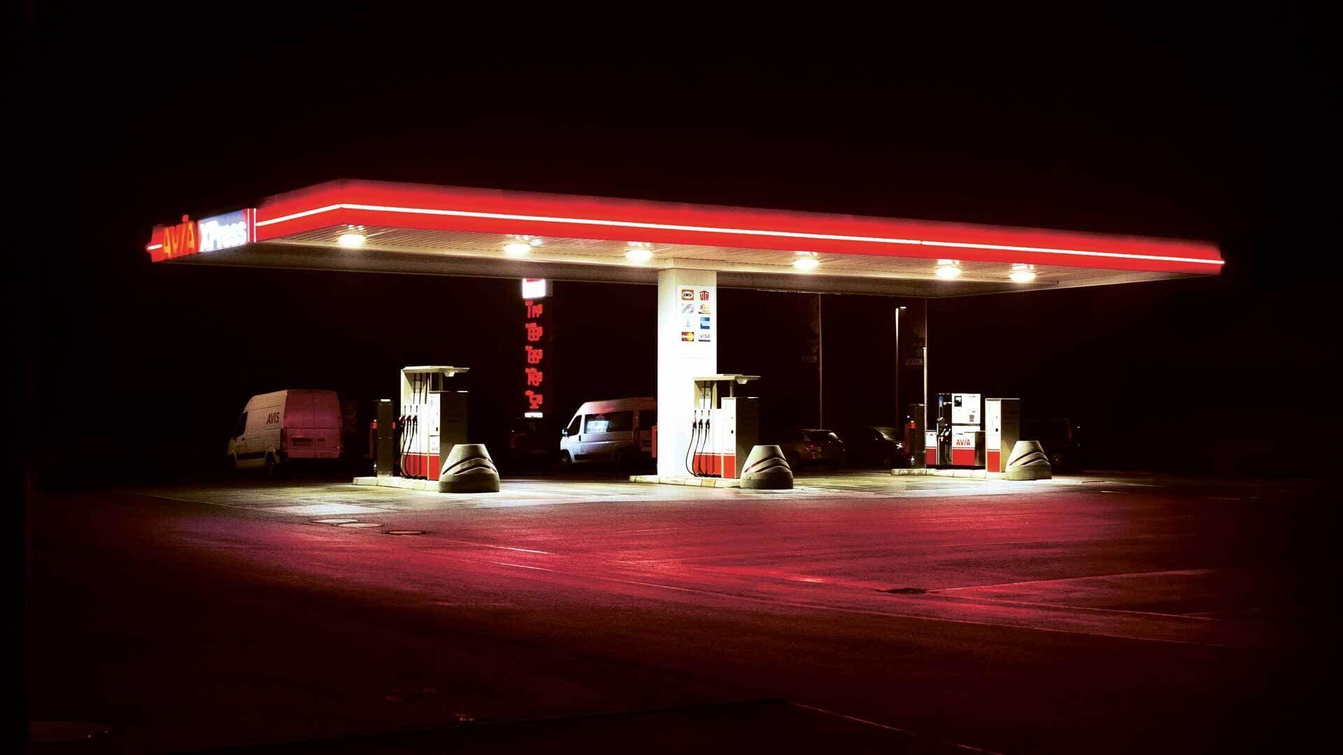 Lichtverschmutzung: beleuchtete Tankstelle im Dunkeln