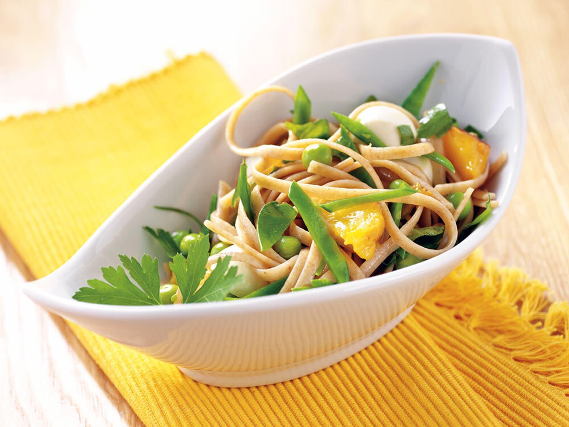 Linguine mit Erbsen, Mozzarella und Pfirsichen