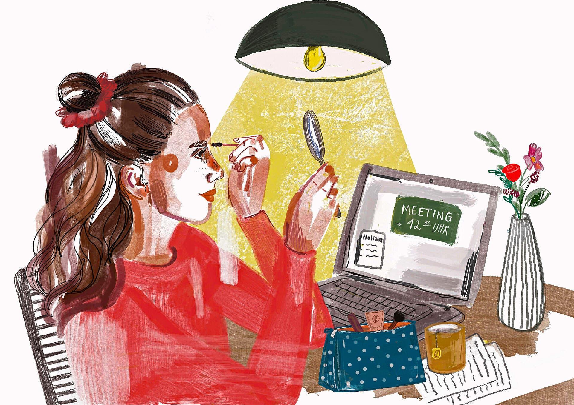 Eine Frau schminkt sich - einen kleinen Spiegel in der rechten Hand - vor dem aufgeklappten Laptop an ihrem Wohnzimmertisch. Neben ihr stehen eine Teetasse und ein Kosmetikbeutel, darunter liegen Zettel mit Notizen.