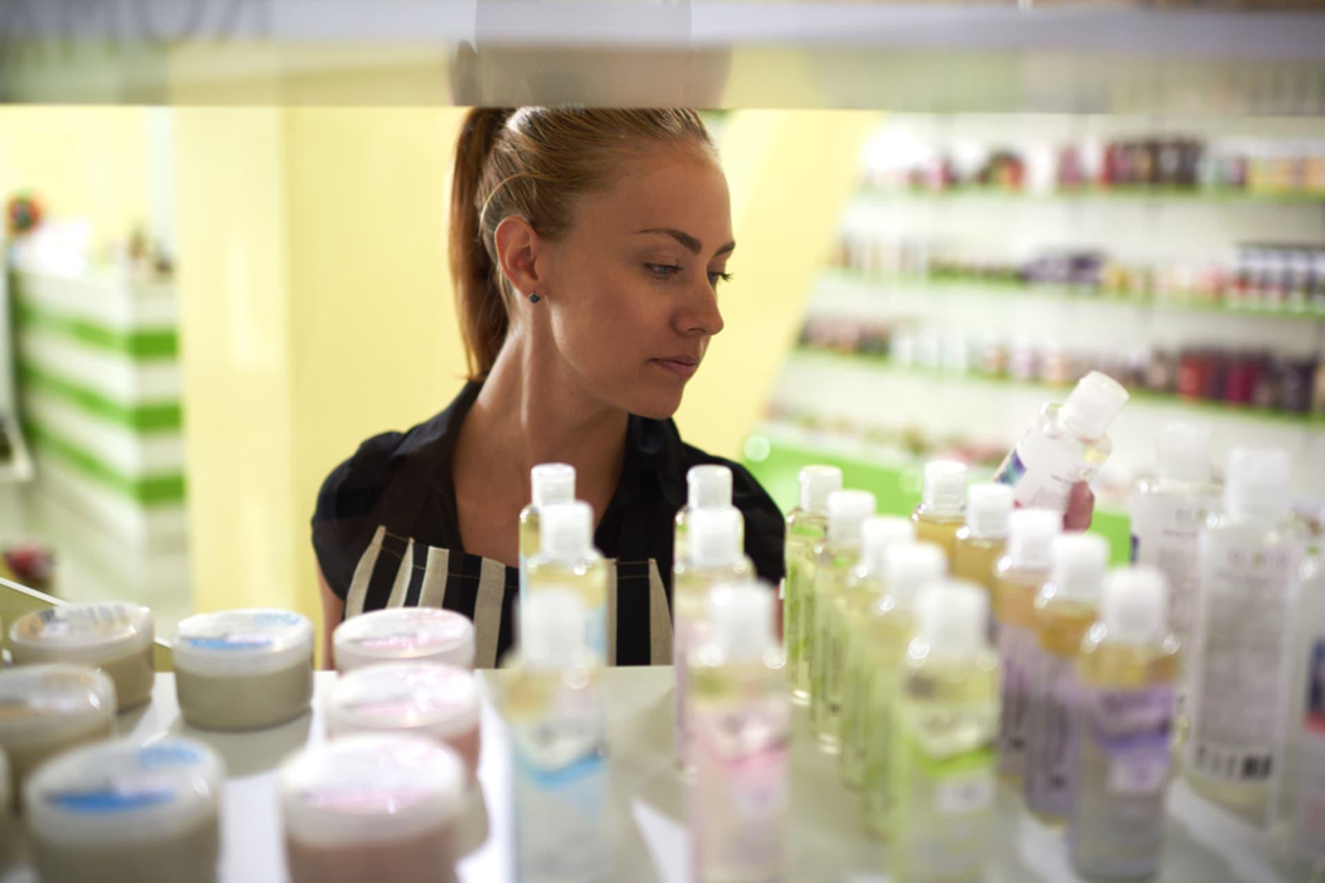 Kosmetik Regal Gaudi Lab shutterstock 318315056