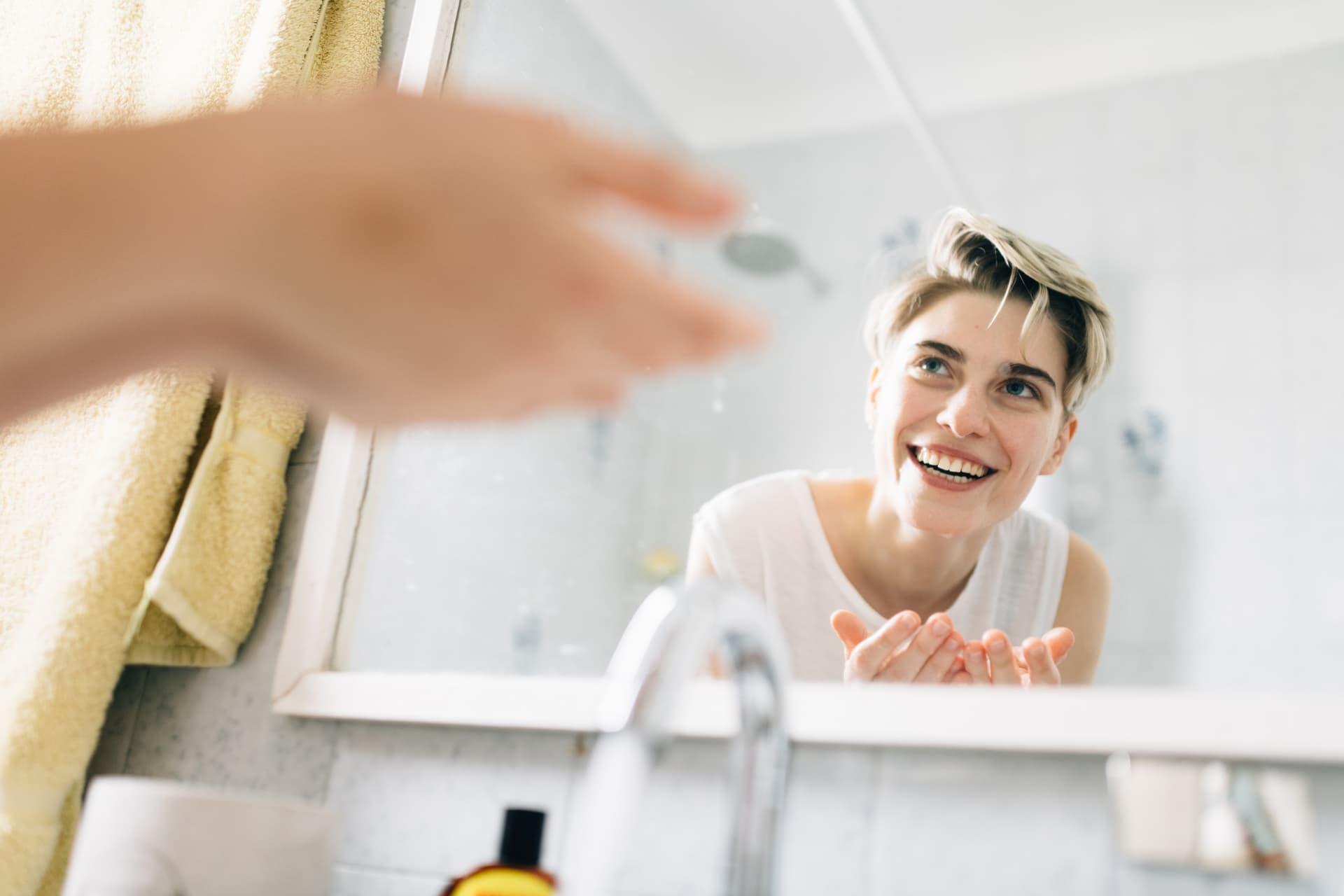 Frau wäscht Gesicht