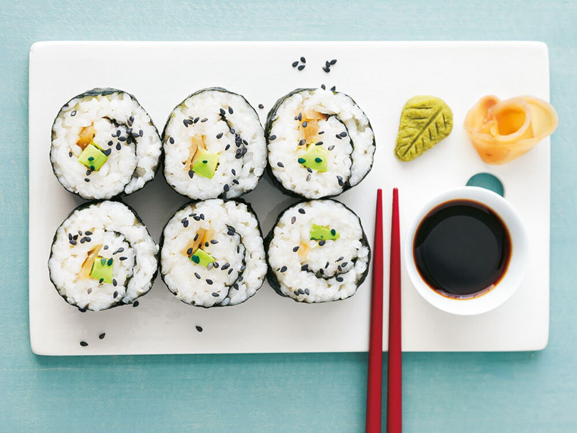 Maki-Sushi mit Avocado und Rettich