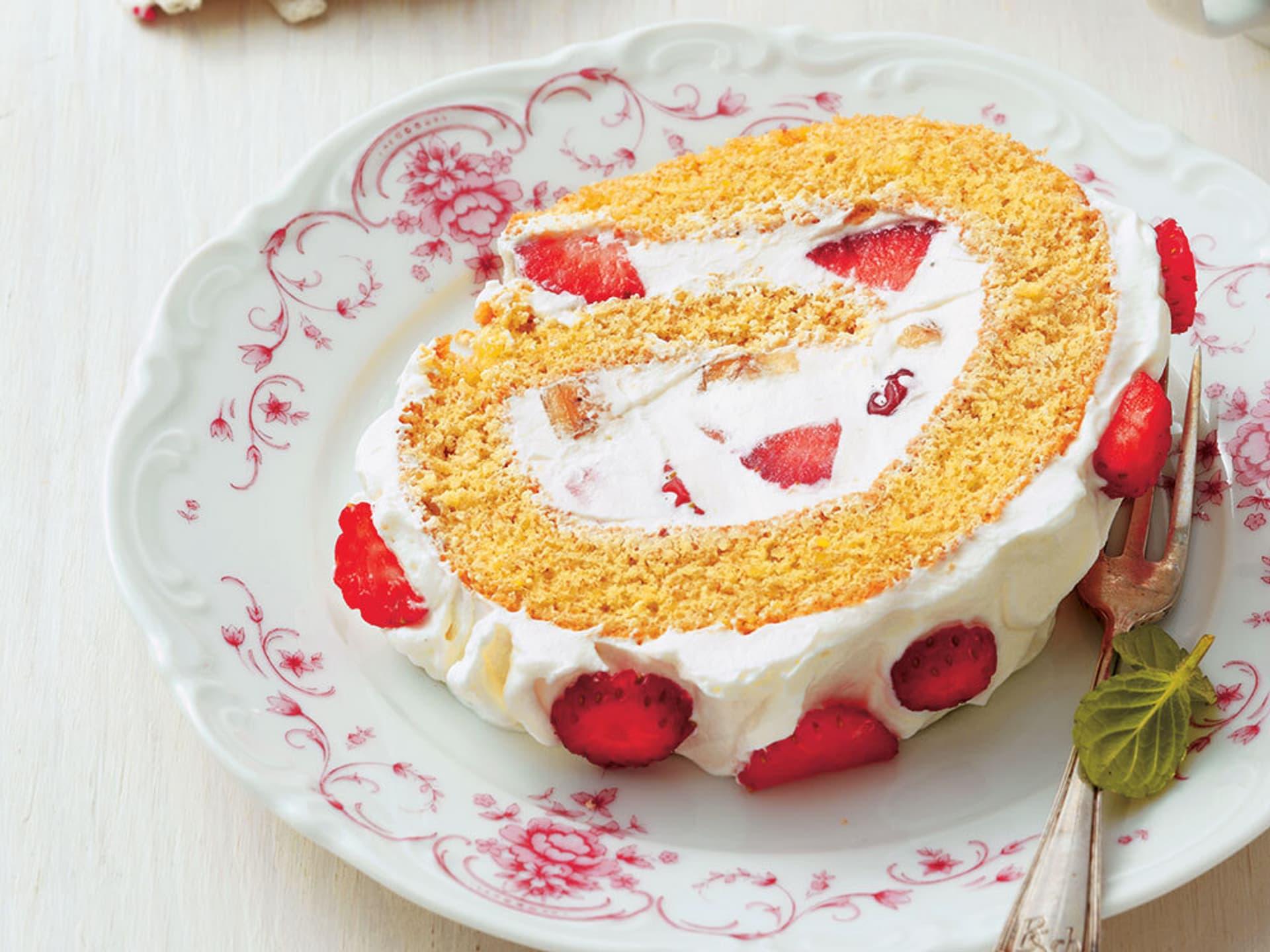 Mandelrolle mit Erdbeer-Bananen-Creme
