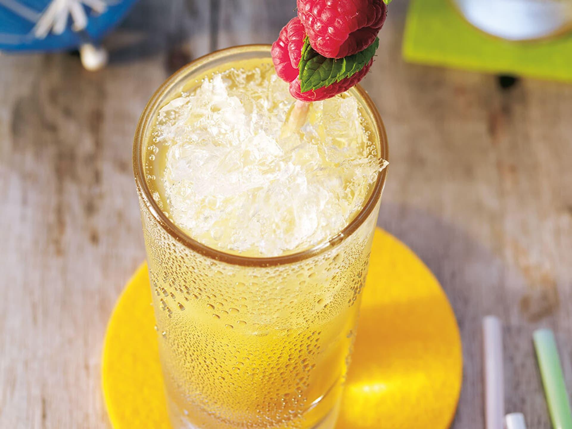 Ein Glas mit einem Getränk