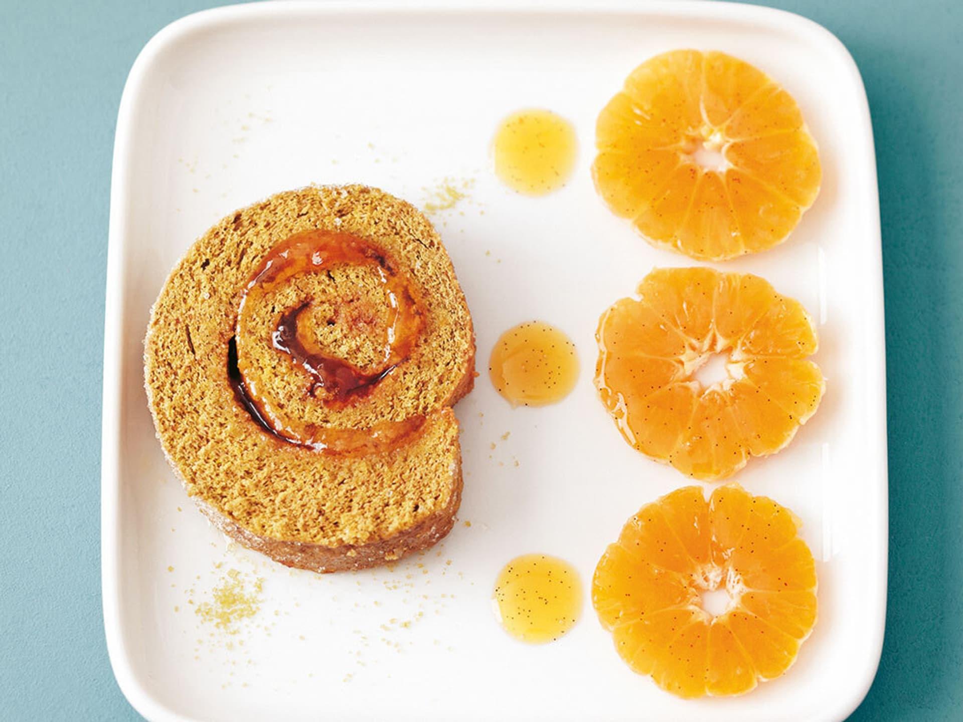 Matcha-Biskuitrolle mit Mandarinen
