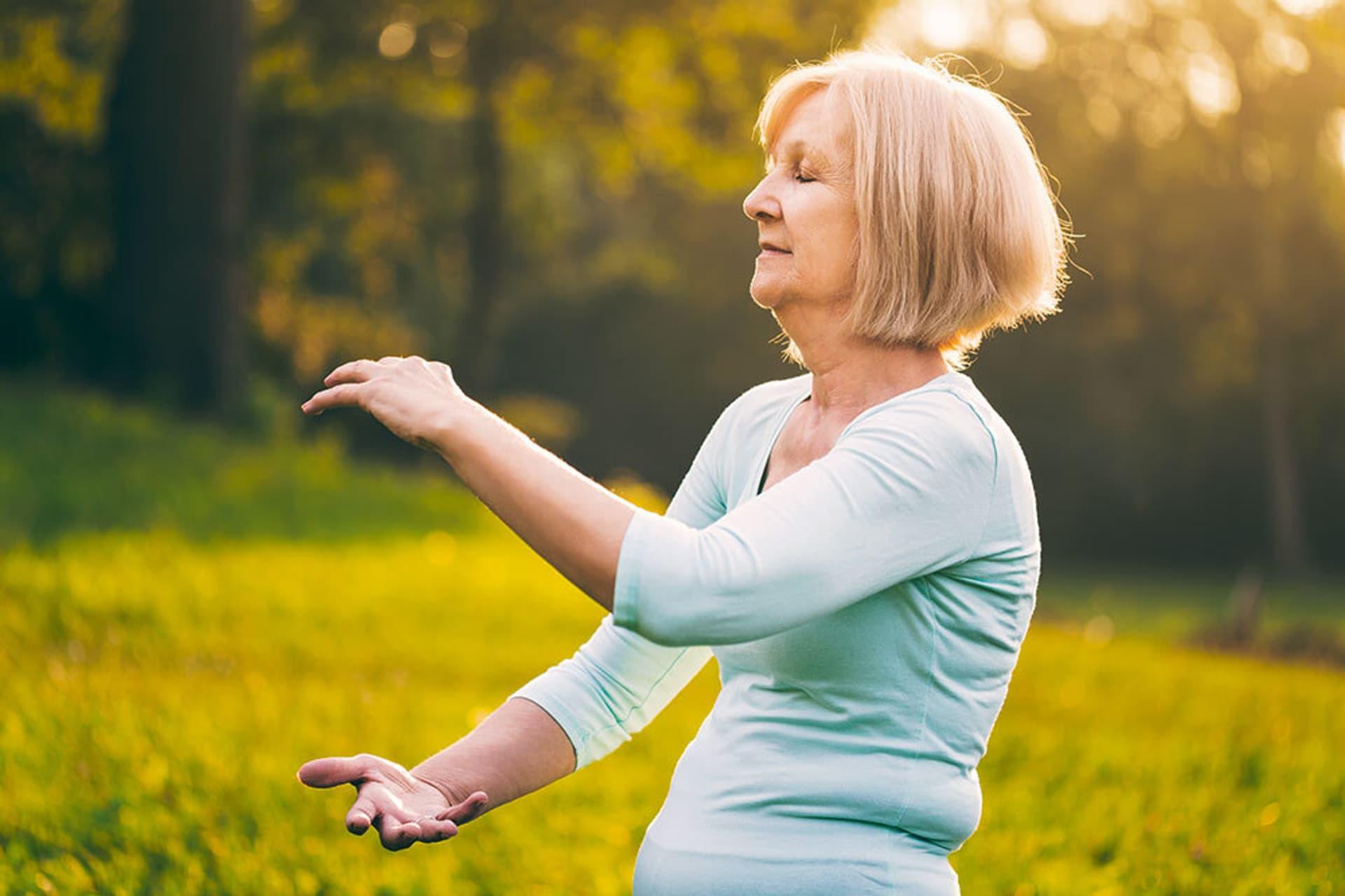 Eine Frau bei einer Tai-Chi-Übung