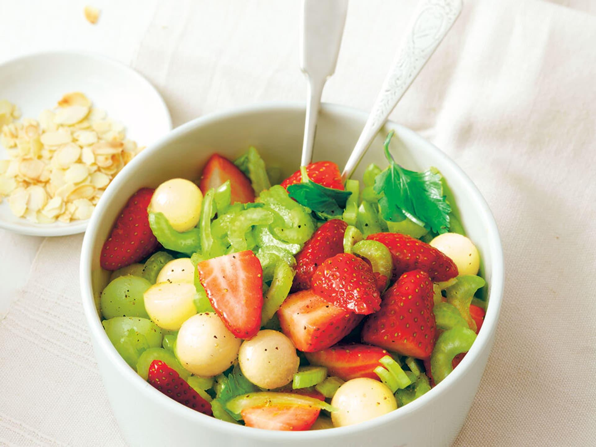 Melone-Selleriesalat mit Erdbeeren