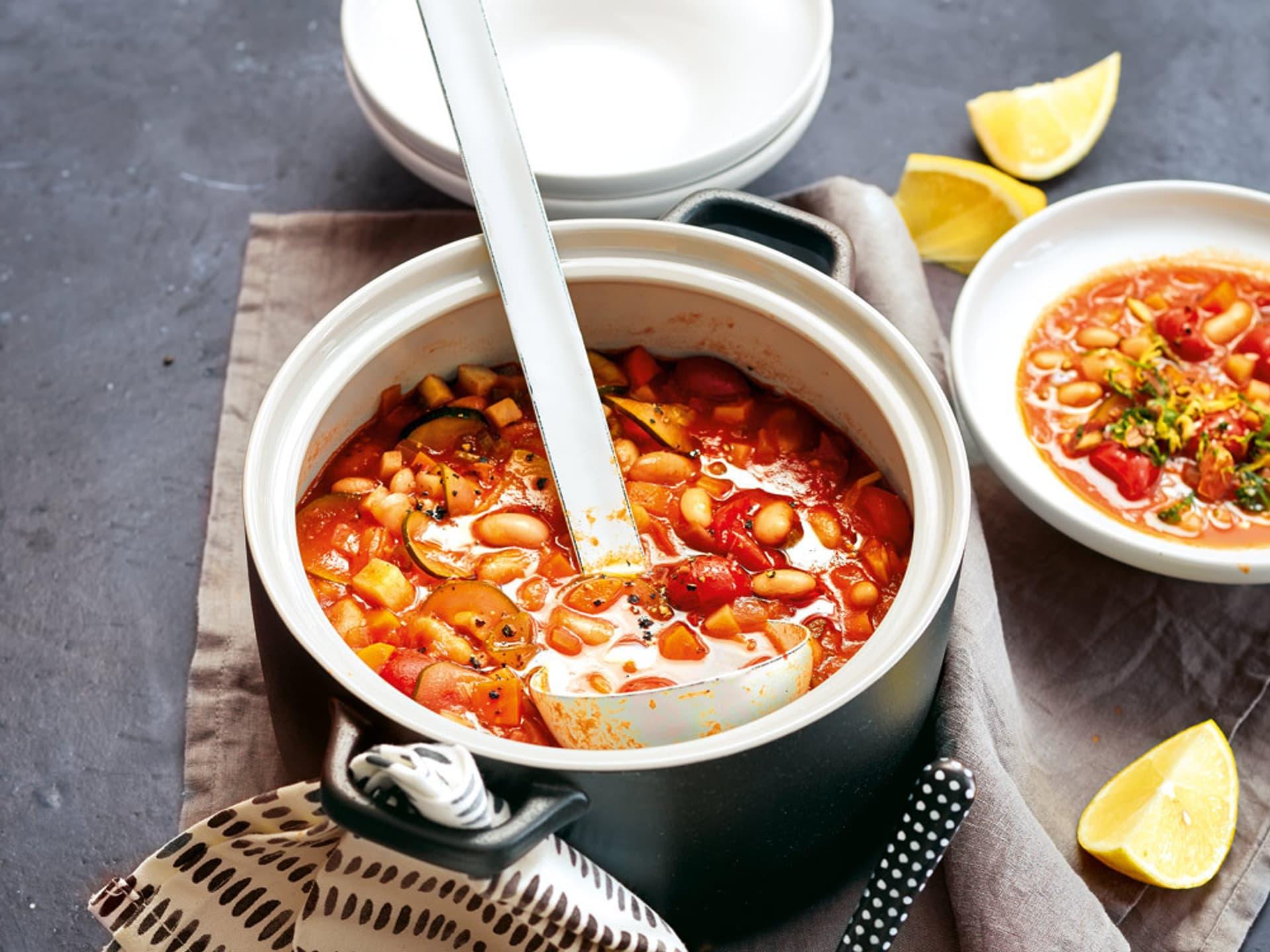 Roter Eintopf mit Bohnen in einer Suppenschüssel