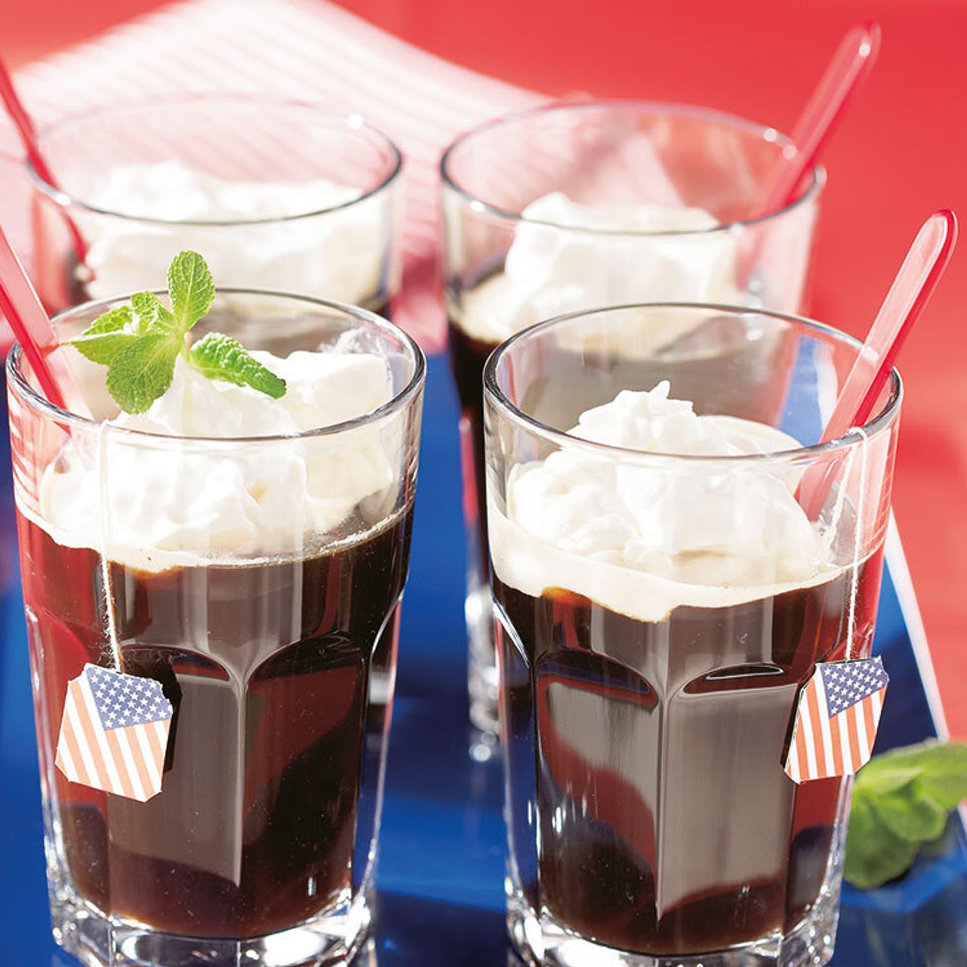 Vier Gläser Kaffee mit Sahnehaube
