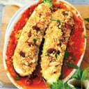 Mit Couscous gefüllte Zucchini auf einem Teller