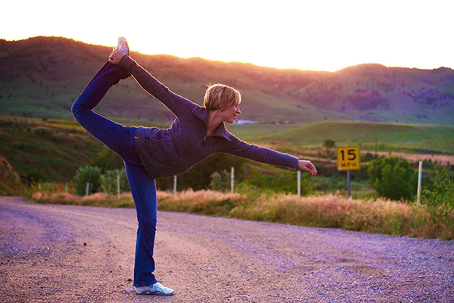Eine Frau macht Yoga im Morgengrauen