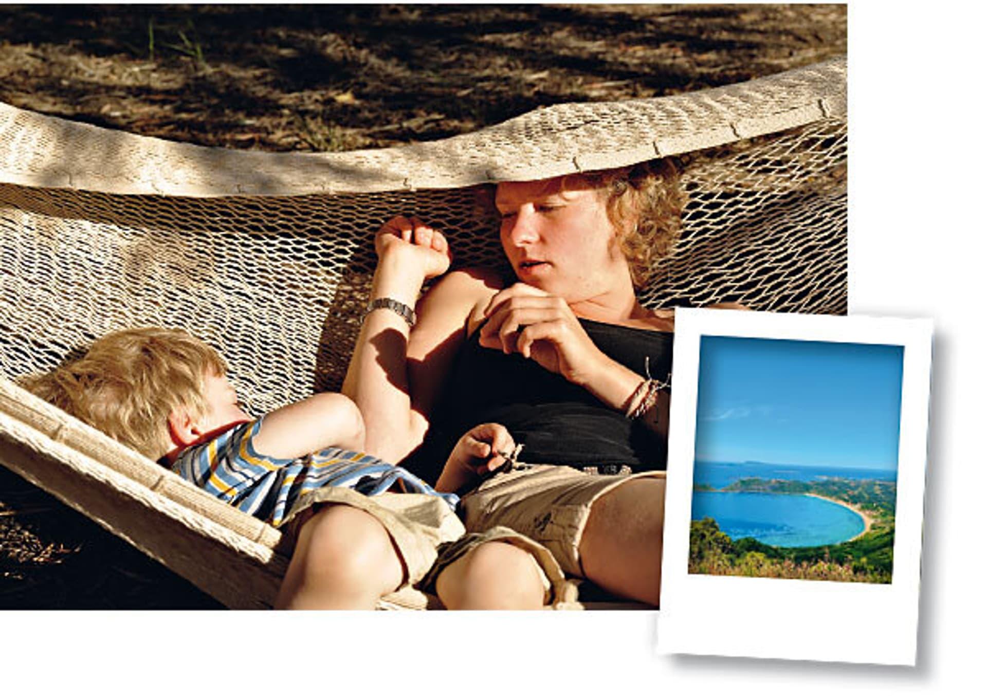 Eine Frau und ein Kind in einer Hängematte