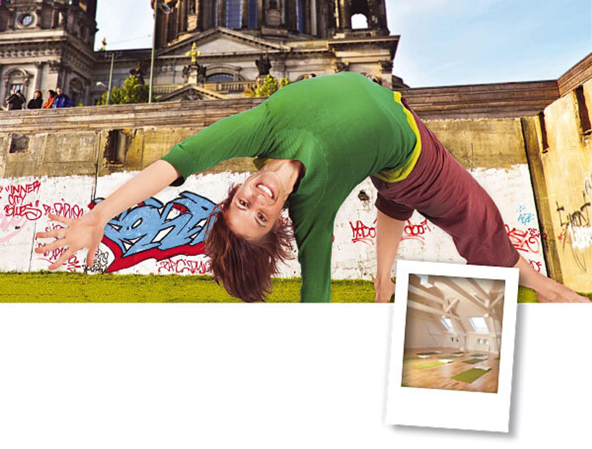 Eine Frau macht Yoga vor eine Graffiti-Mauer