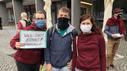 Drei Personen mit Mundschutz im Rahmen der Klimademo Aschaffenburg..