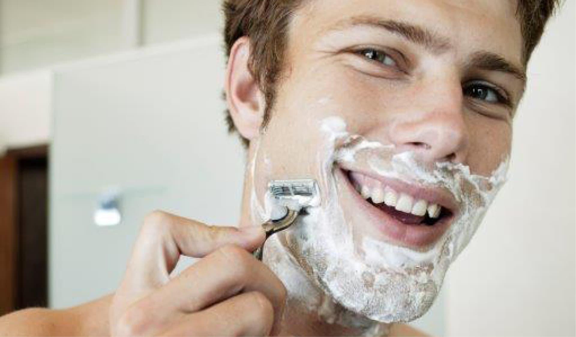 Ein Mann rasiert sich gerade nass