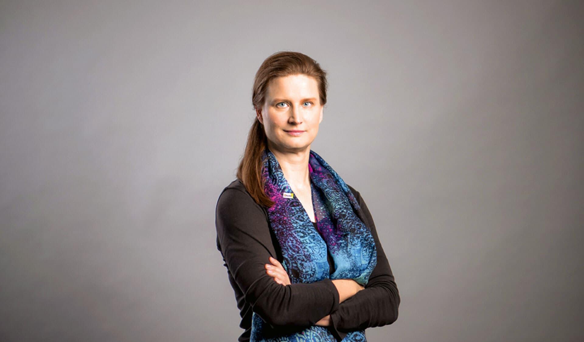 Frau mit langen Haaren und buntem Schal