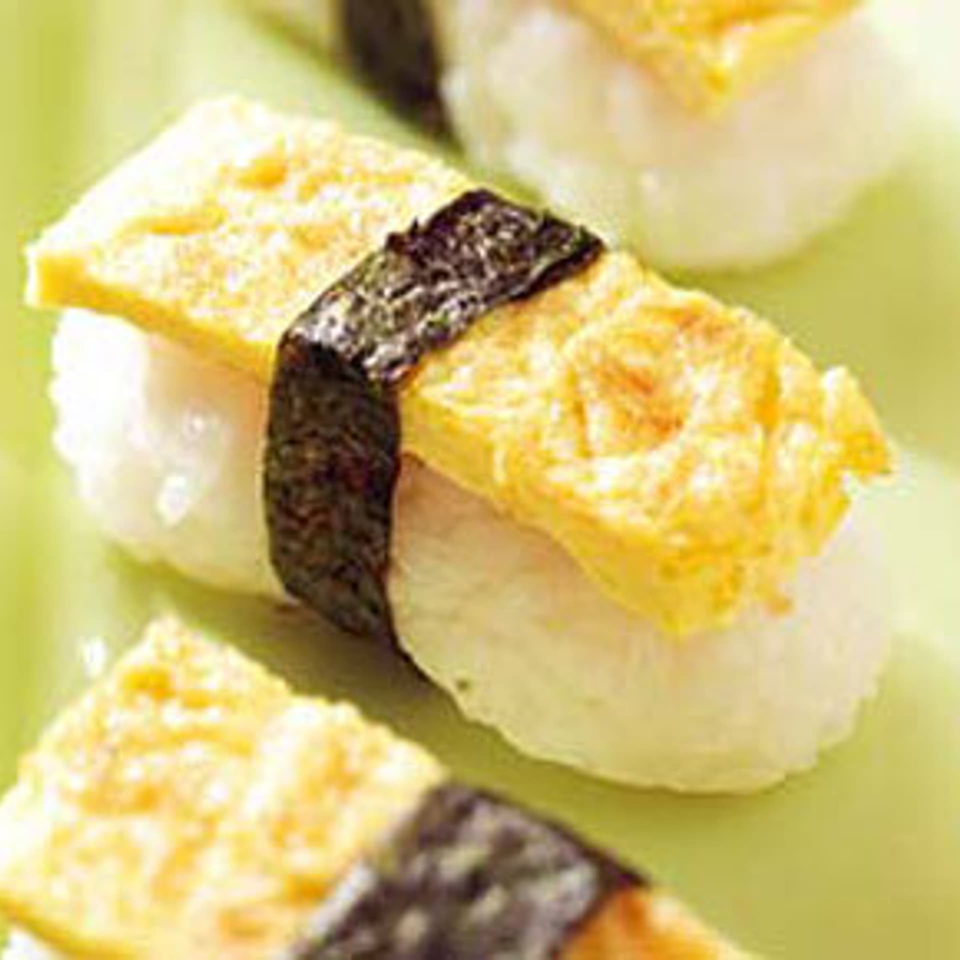 Nigiri sushi mit omelette