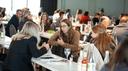 Mehrere Personen auf dem Naturkosmetik-Branchenkongress diskutieren während einer Pause.