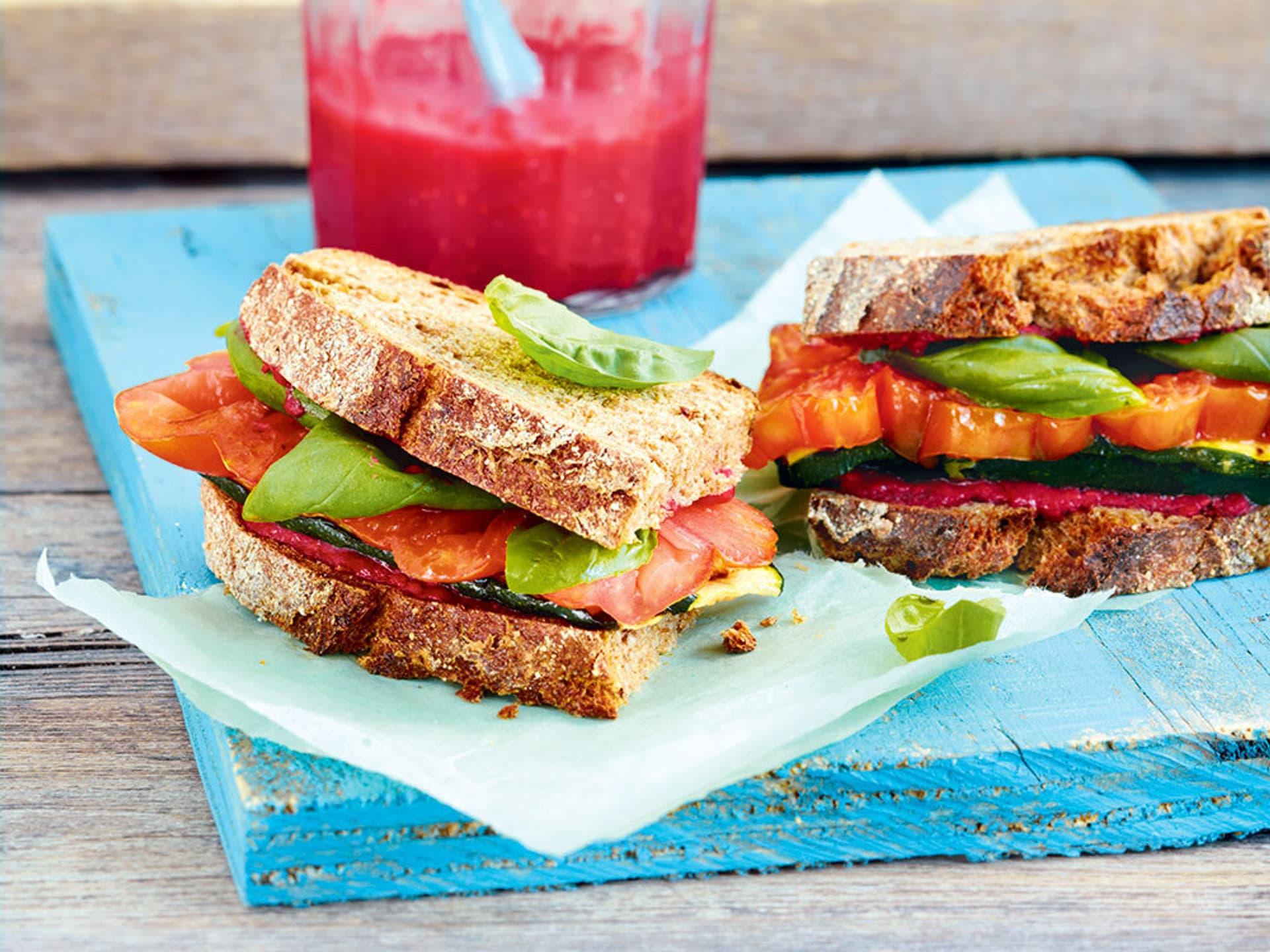 Sandwich auf einer blauen Holzplatte