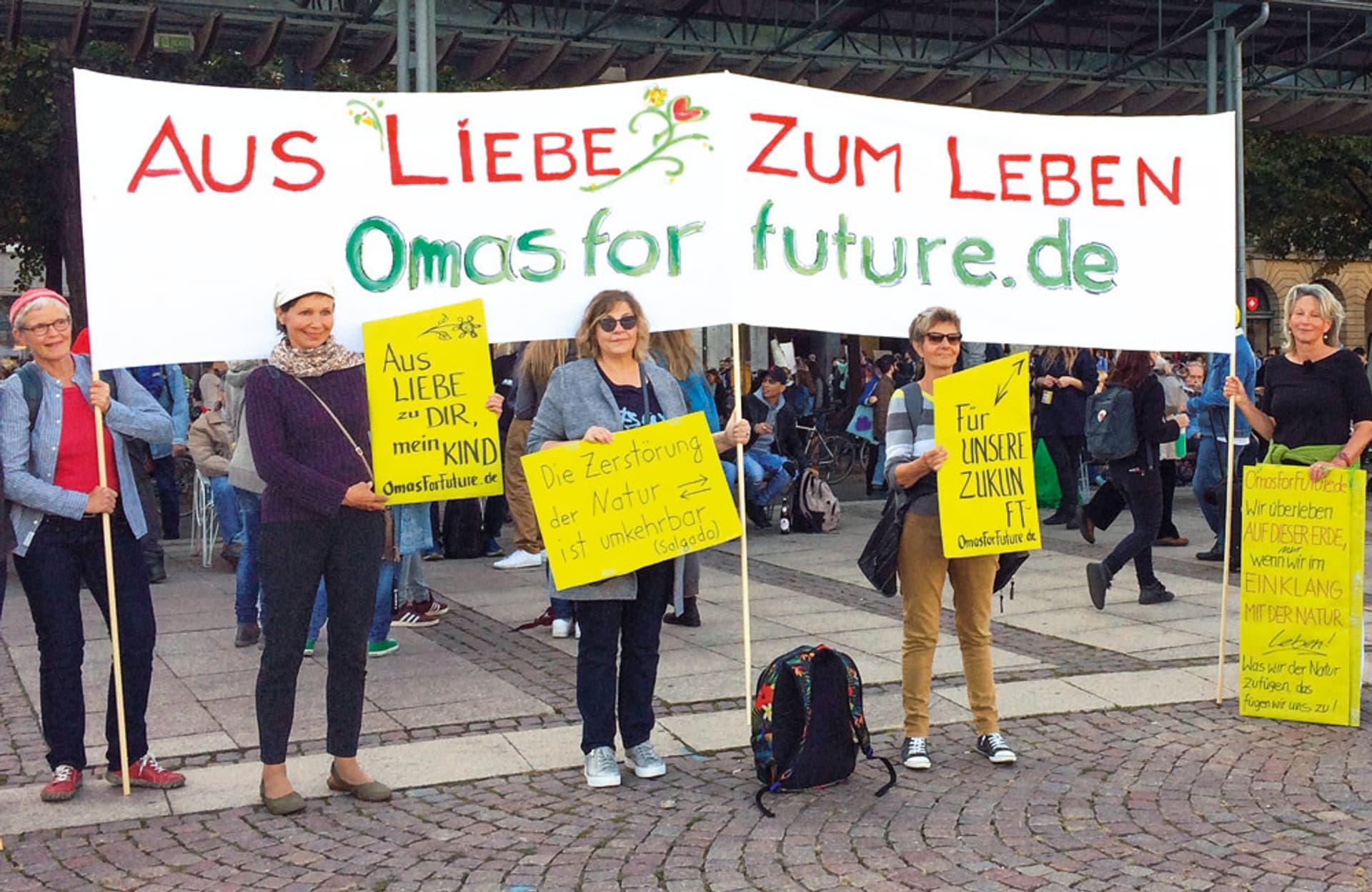 Fünf Frauen halten auf einer Demo ein Banner mit der Aufschrift