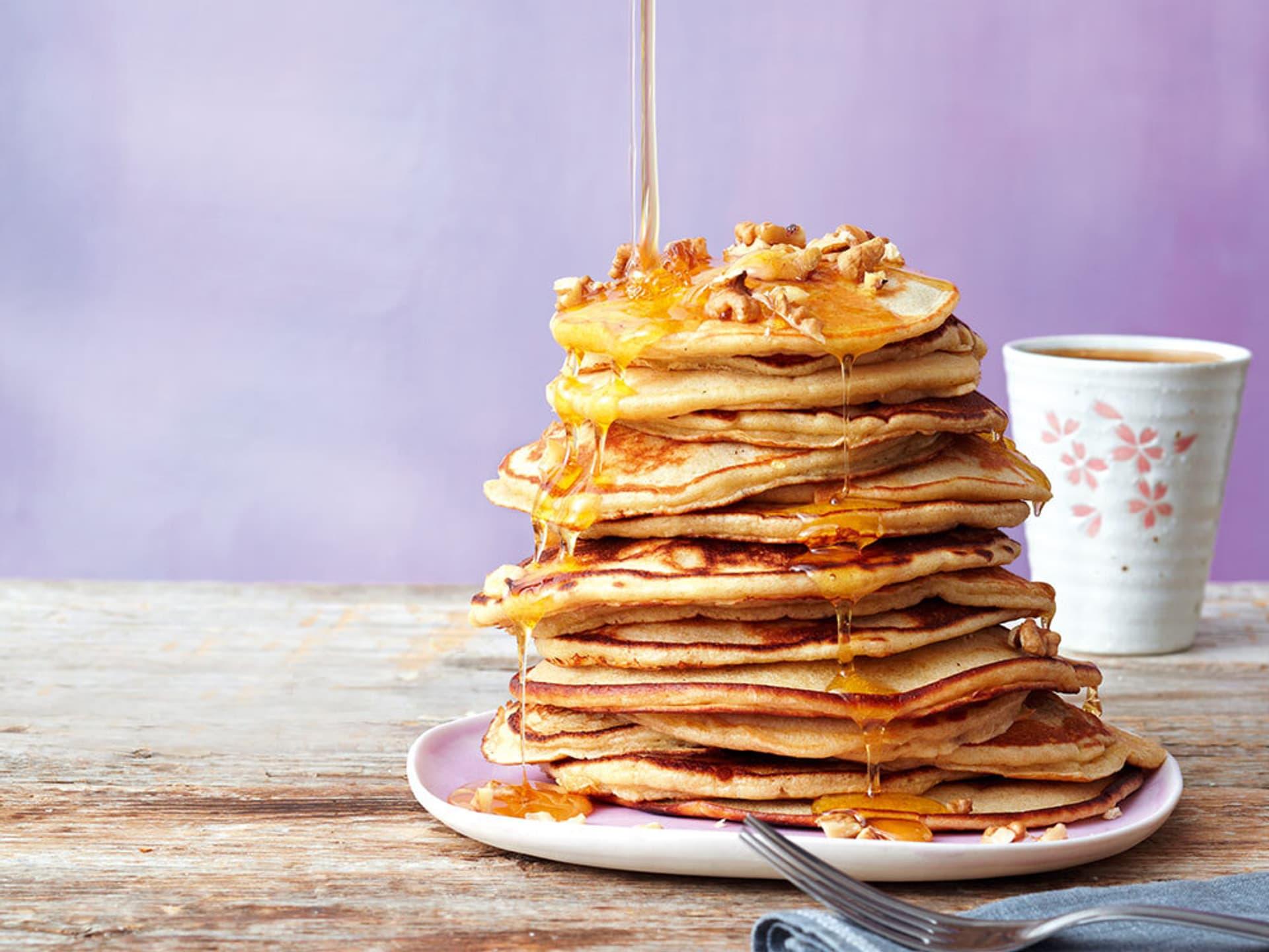 Pancakes mit ahornsirup und walnuessen