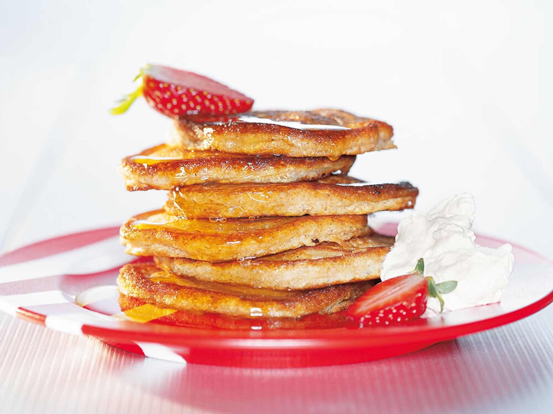 Stapel Pancakes mit einer Erdbeere