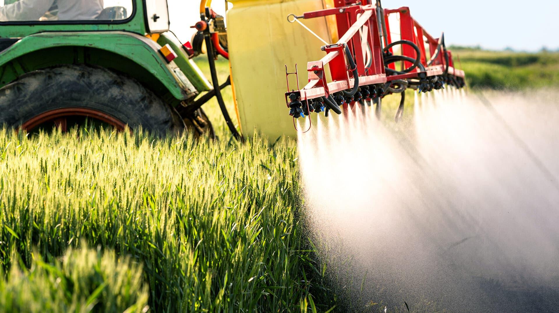 Traktor verspritzt Pestizide