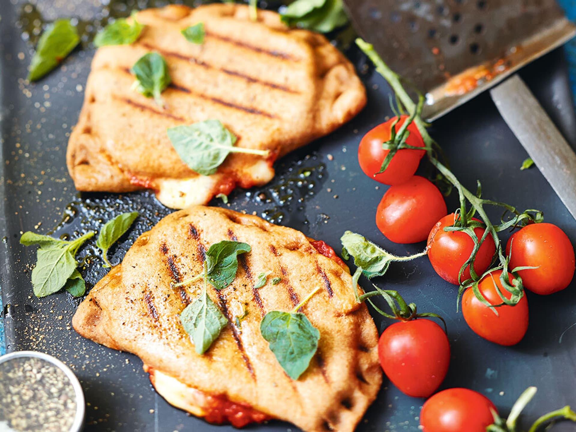 2 kleine Pizza Calzone mit Tomaten