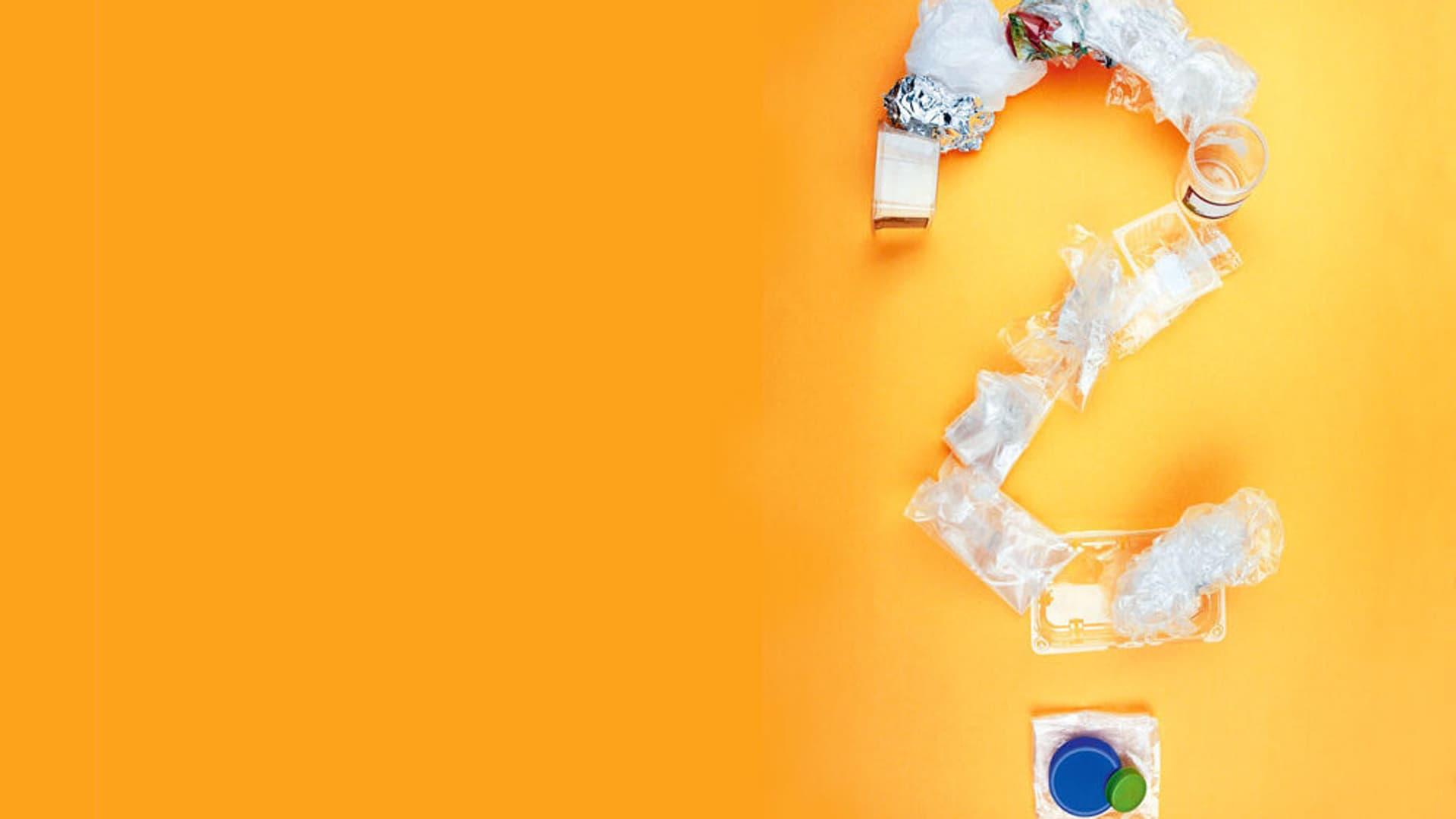 Plastikmuell zu einem Fragezeichen zusammengelegt