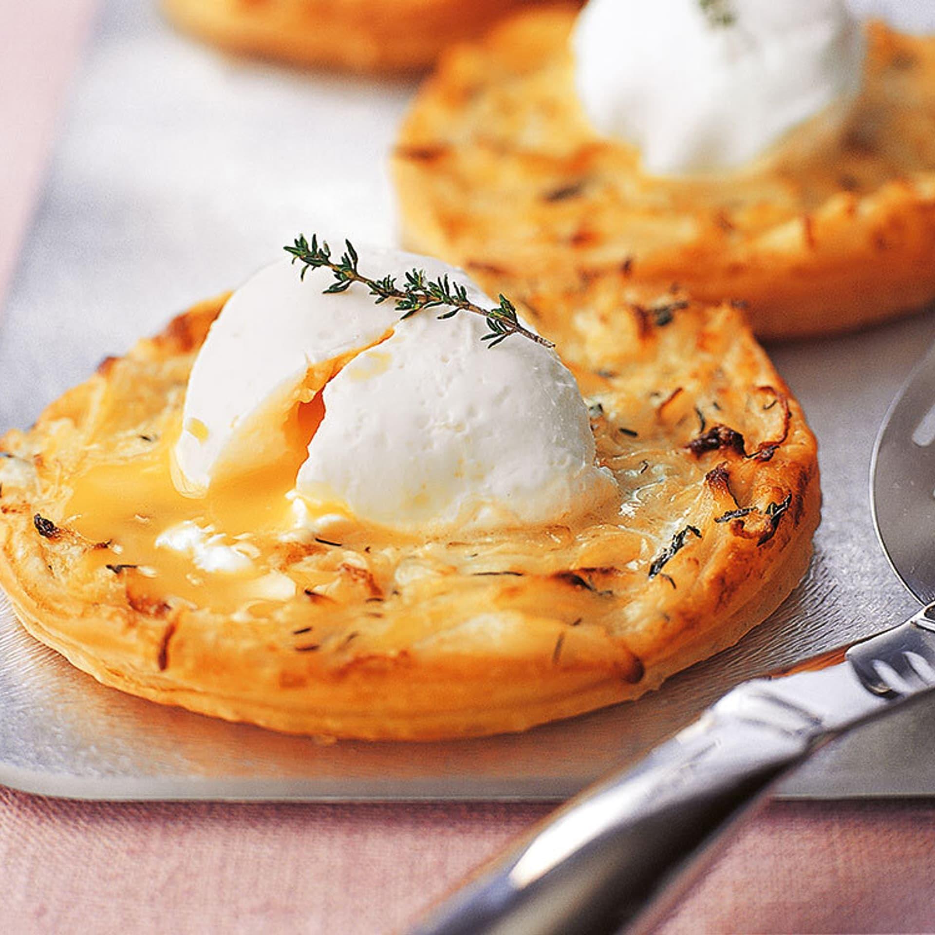 Pochierte eier auf zwiebeltoertchen
