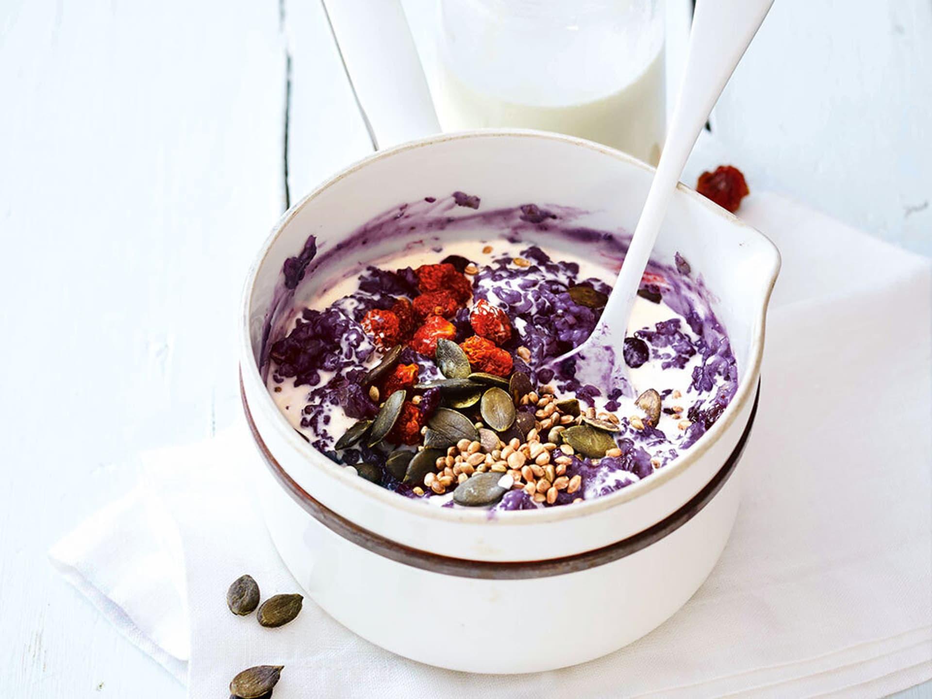 Porridge mit heidelbeeren und physalis