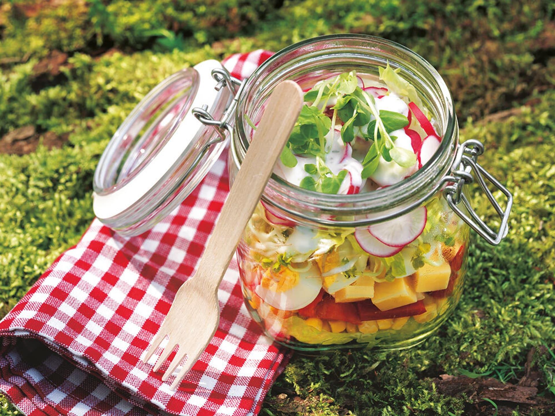 Schichtsalat in einem Einmachglas