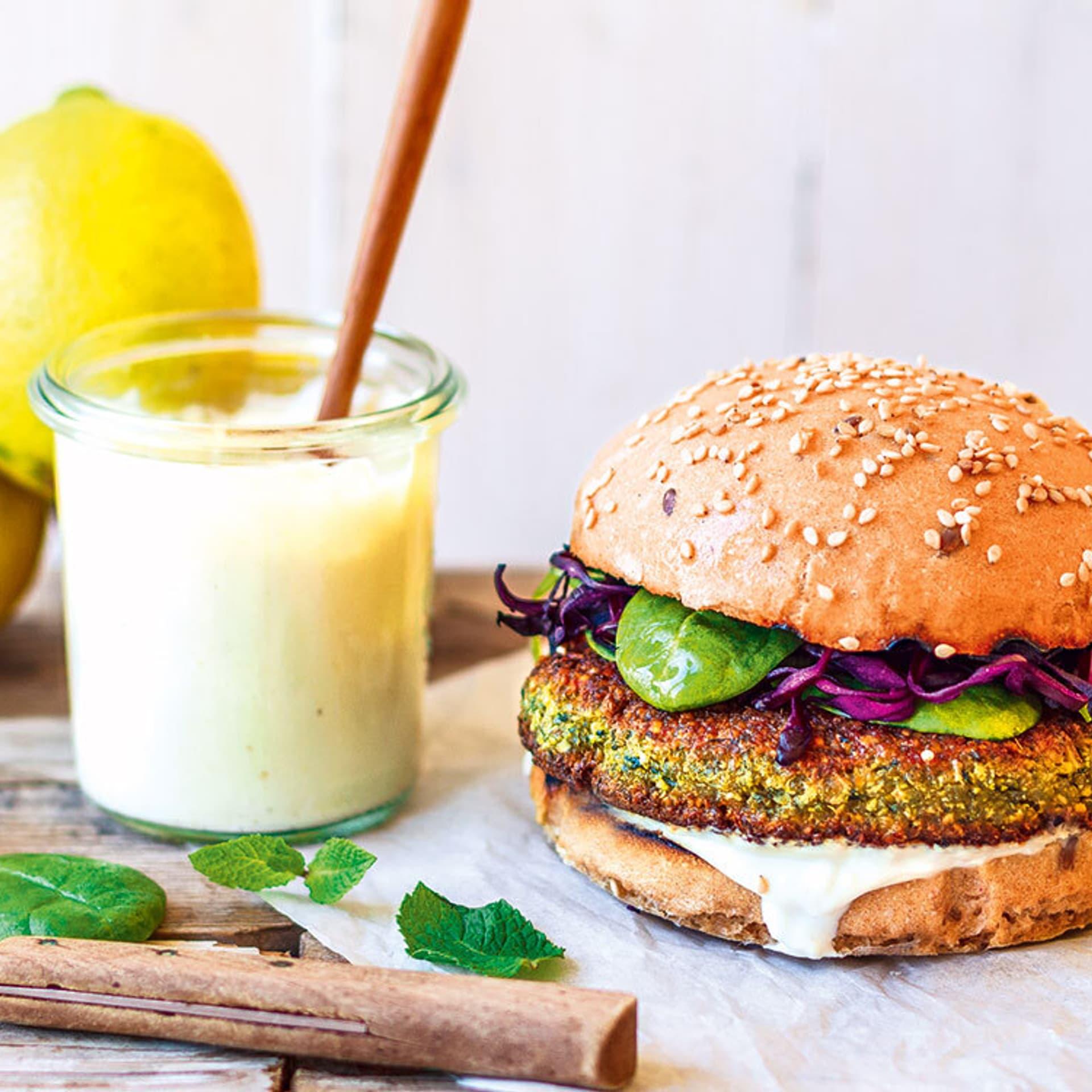 Quinoa-Falafelburger mit Sesam-Soße
