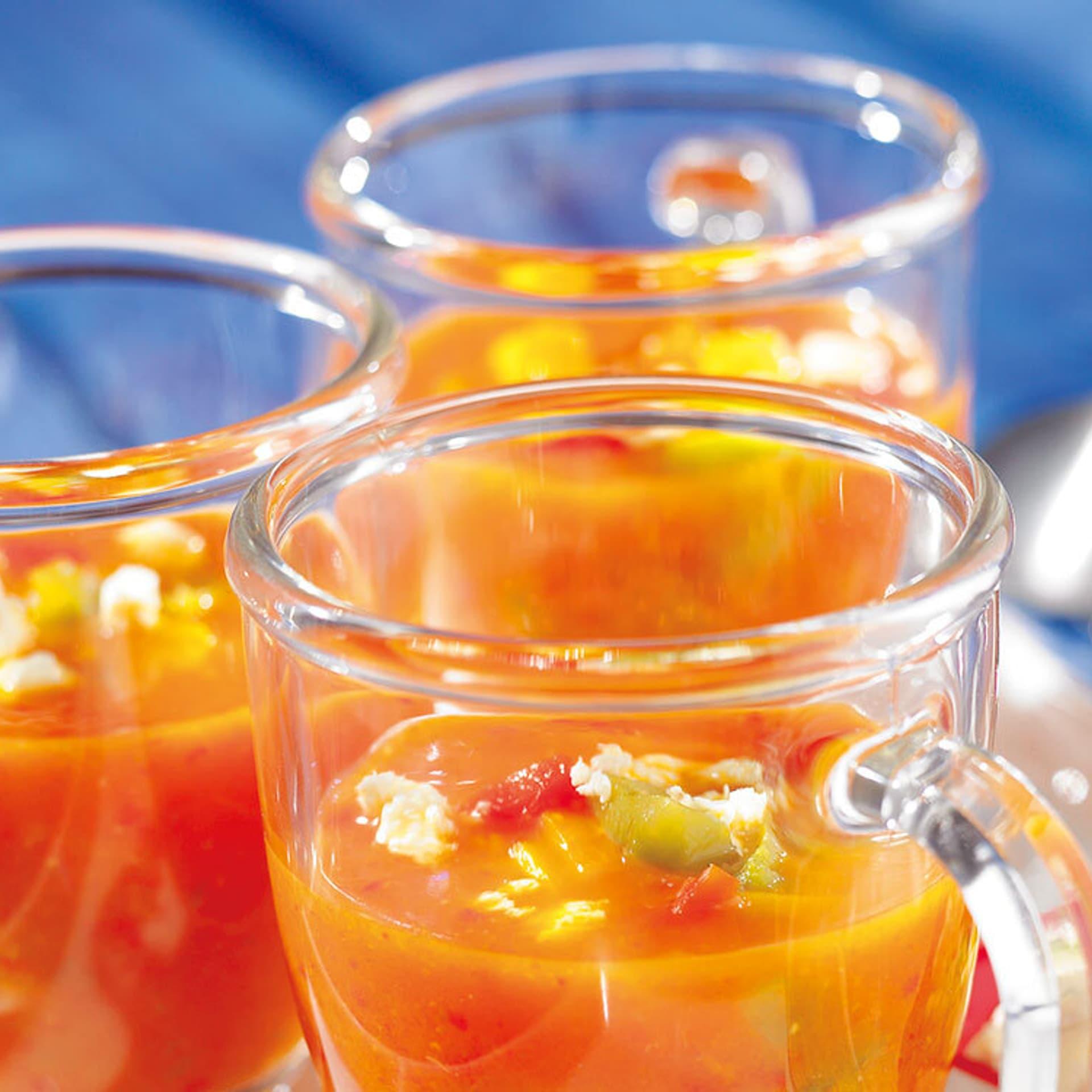 Orangene Suppe in Teeglas