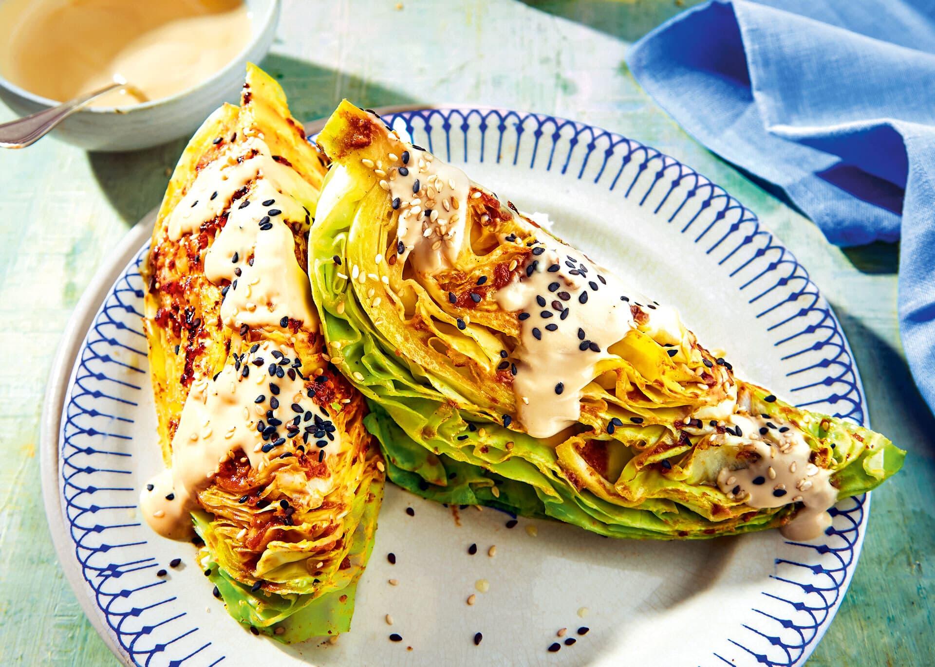 Rauchiger Spitzkohl mit Sesamdressing auf weißem Teller