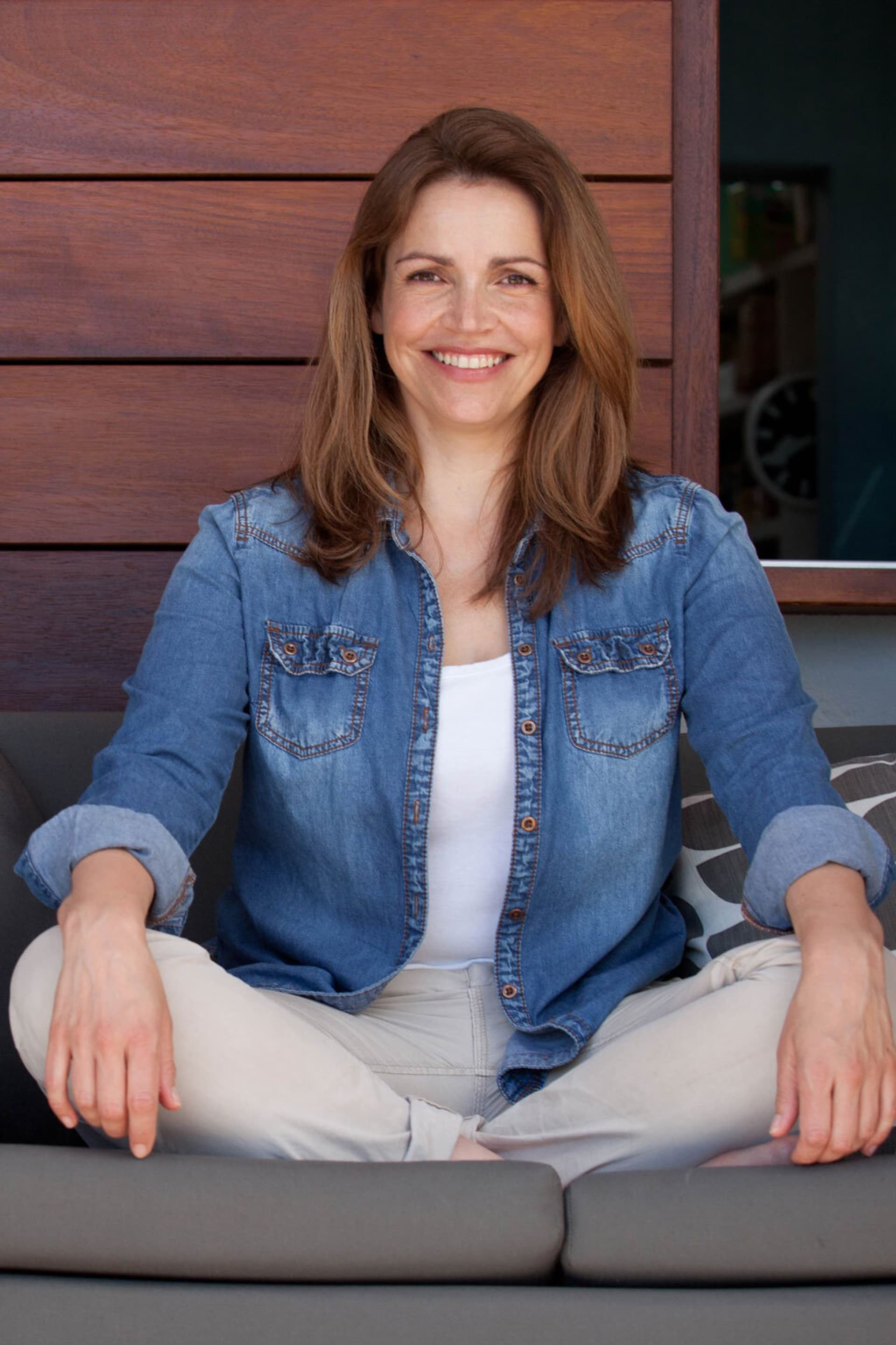 Rebecca Immanuel im Schneidersitz